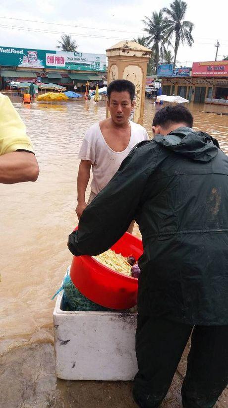 Quang Tri: Lu ve bat ngo nha dan chim trong bien nuoc - Anh 4