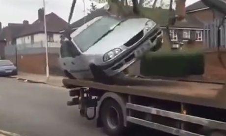 Bi dua len xe cau, thanh nien van co dap ga chay CSGT - Anh 1
