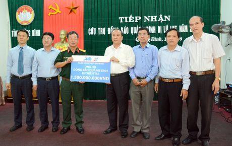 CBNV ngan hang MB trao 3,6 ty dong cho mien Trung - Anh 1