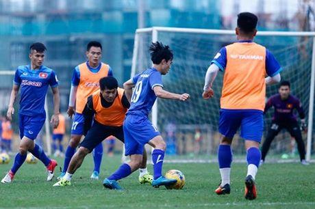 HLV Huu Thang gui 'qua' dac biet cho U19 Viet Nam - Anh 1