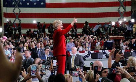 Clinton tran an nguoi ung ho sau khi FBI cong bo dieu tra email - Anh 1