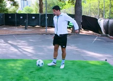 Luis Suarez pha ki luc the gioi sau pha ham bong dieu nghe tu do cao 30m - Anh 1