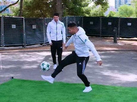 Luis Suarez pha ki luc the gioi sau pha ham bong dieu nghe tu do cao 30m - Anh 2