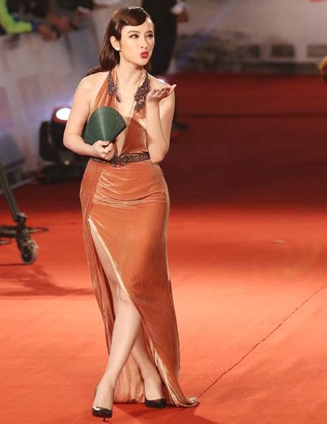 'Soc' khi Angela Phuong Trinh lo dui to chan ngan tren tham do - Anh 3