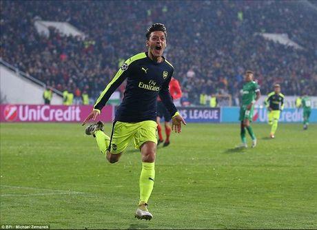 Ludogorets 2-3 Arsenal: Ozil lay ve som cho Phao thu - Anh 1