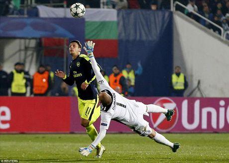 Ludogorets 2-3 Arsenal: Ozil lay ve som cho Phao thu - Anh 6
