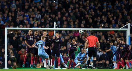 De Bruyne sut phat tuyet dep, Man City ha guc Barca trong dem Etihad ruc ro anh den - Anh 4