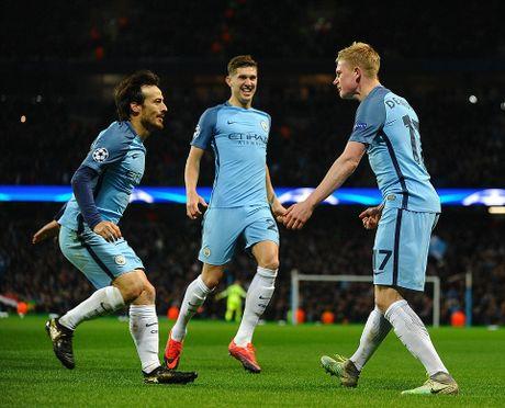 De Bruyne sut phat tuyet dep, Man City ha guc Barca trong dem Etihad ruc ro anh den - Anh 5
