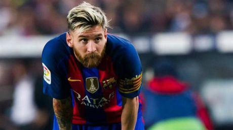 Bi chui 'ngu ngoc', Messi vao tan phong thay do Man City dan mat - Anh 1