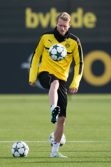 'Nam than' Marco Reus rang ngoi tren san tap Dortmund - Anh 2