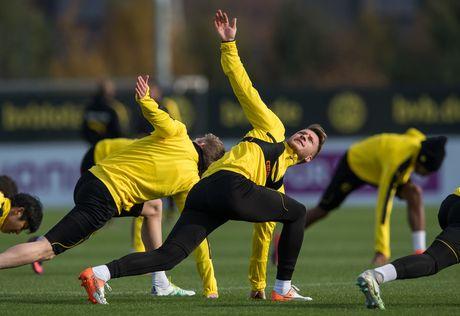 'Nam than' Marco Reus rang ngoi tren san tap Dortmund - Anh 3