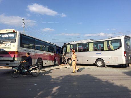 Quang Ninh: Xe khach va xe du lich dam nhau, nhieu nguoi hoang loan - Anh 2