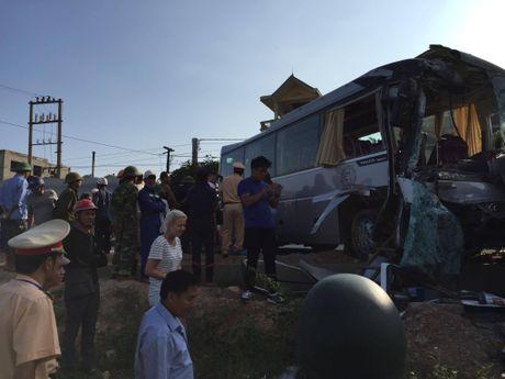 Quang Ninh: Xe khach va xe du lich dam nhau, nhieu nguoi hoang loan - Anh 3