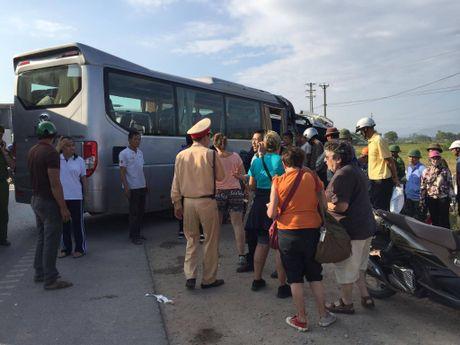 Quang Ninh: Xe khach va xe du lich dam nhau, nhieu nguoi hoang loan - Anh 4