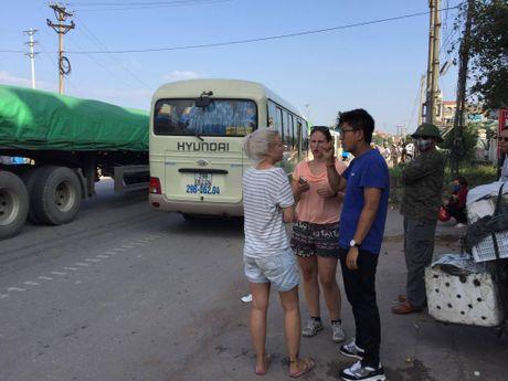Quang Ninh: Xe khach va xe du lich dam nhau, nhieu nguoi hoang loan - Anh 6