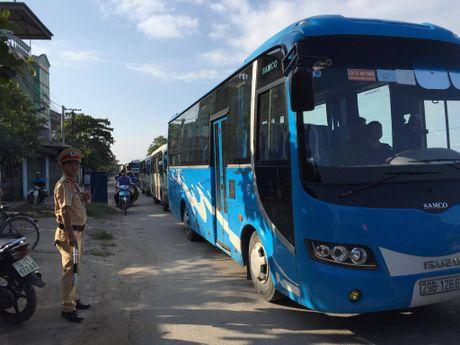 Quang Ninh: Xe khach va xe du lich dam nhau, nhieu nguoi hoang loan - Anh 7