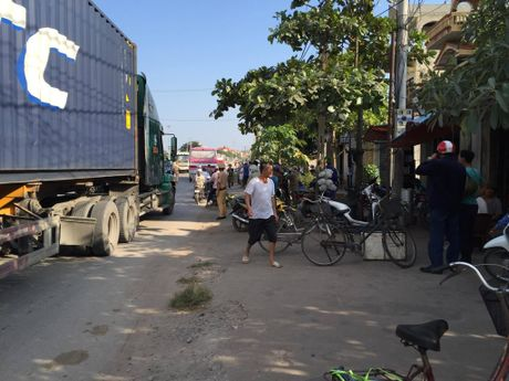Quang Ninh: Xe khach va xe du lich dam nhau, nhieu nguoi hoang loan - Anh 8