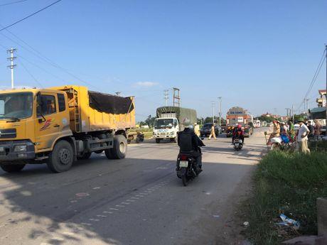 Quang Ninh: Xe khach va xe du lich dam nhau, nhieu nguoi hoang loan - Anh 9