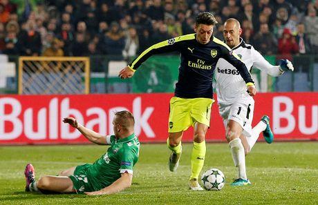 Champions League: Ozil giup Arsenal thoat hiem o Bulgaria - Anh 1