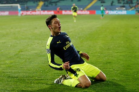 Champions League: Ozil giup Arsenal thoat hiem o Bulgaria - Anh 2