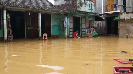 Mua lu tai Quang Tri: Dan tai dinh cu ra khoi vung lu van bi co lap - Anh 2