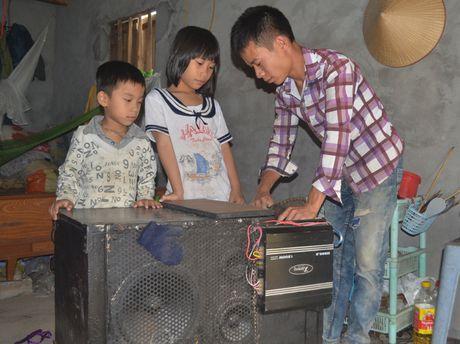Cam canh ba lao 70 tuoi dat 3 chau noi mo coi di an xin - Anh 2
