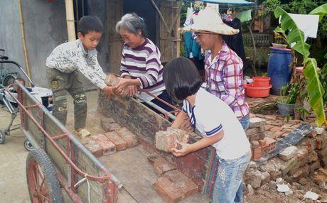 Cam canh ba lao 70 tuoi dat 3 chau noi mo coi di an xin - Anh 3