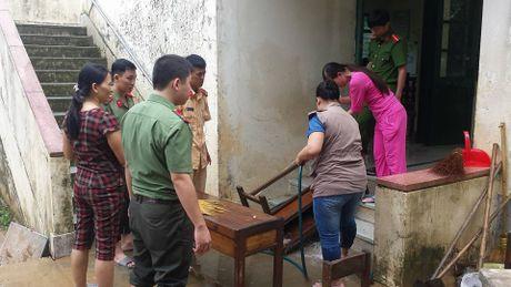 Nguoi dan mien Trung gong minh khac phuc hau qua sau lu lon - Anh 11
