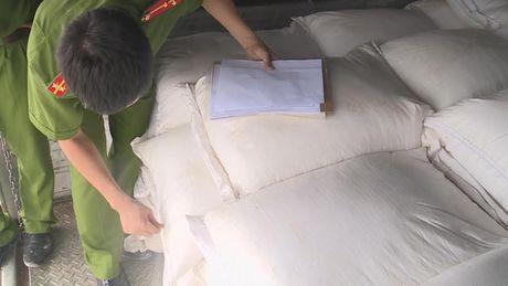 Bo Cong an phat hien hon 30 tan duong cat nghi nhap lau tu Campuchia - Anh 1