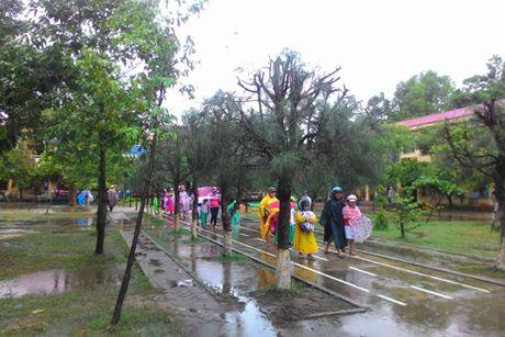 Quang Nam: Gan 1.500 hoc sinh phai nghi hoc do mua lu - Anh 1