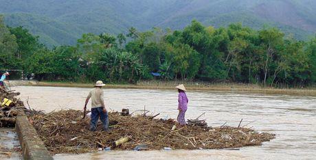 Mua lu lam nhieu xa o phia Tay tinh Quang Nam bi co lap hoan toan - Anh 4