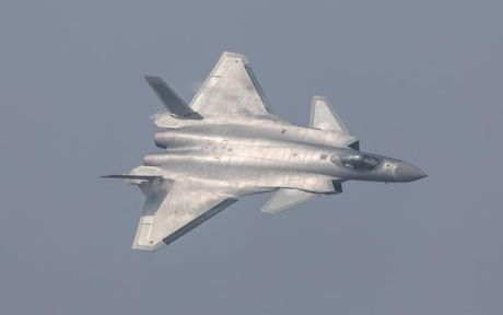 Trung Quoc trinh dien may bay tang hinh dau tien canh tranh voi F-22 Raptor - Anh 1