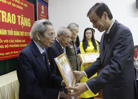 Trao Huy hieu 70 nam tuoi Dang cho dang vien quan Ha Dong - Anh 1