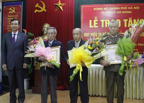 Trao Huy hieu 70 nam tuoi Dang cho dang vien quan Ha Dong - Anh 2