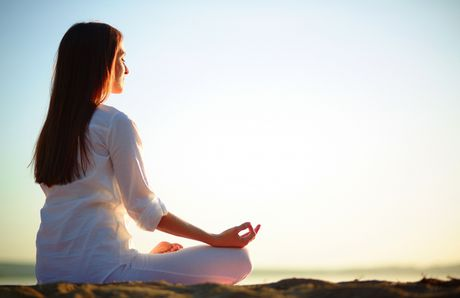 Nhung sai lam tai hai khi tu tap Yoga tai nha - Anh 1