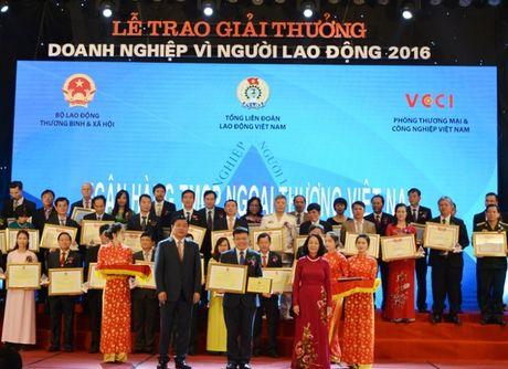 "Vietcombank nhan giai ""Doanh nghiep vi Nguoi lao dong"" lan thu 3 lien tiep - Anh 1"