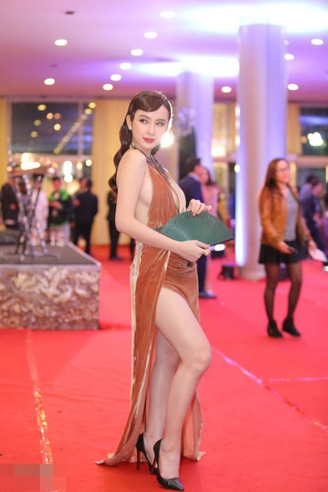 Angela Phuong Trinh bi moi khoi tham do vi mac qua bao, tao dang qua lau - Anh 1