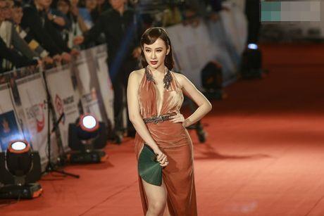 Angela Phuong Trinh bi moi khoi tham do vi mac qua bao, tao dang qua lau - Anh 4