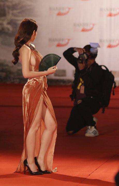 Angela Phuong Trinh bi moi khoi tham do vi mac qua bao, tao dang qua lau - Anh 7