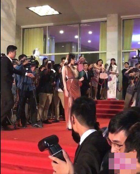 Angela Phuong Trinh bi moi khoi tham do vi mac qua bao, tao dang qua lau - Anh 9