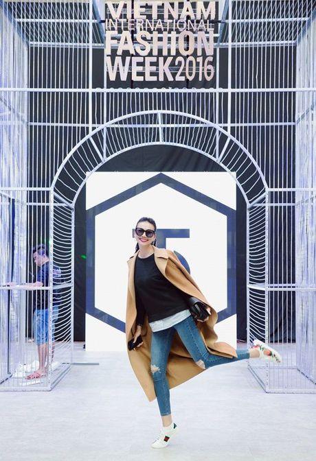 Thanh Hang an voi mi goi tat bat tong duyet Vietnam International Fashion Week Thu/Dong 2016 - Anh 2