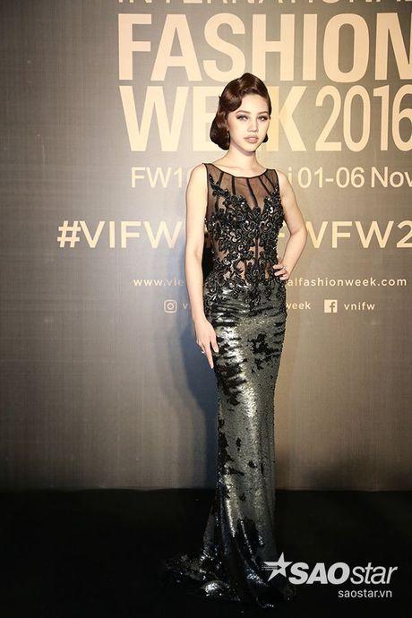 Angela Phuong Trinh chi hon 1 ty cho phu kien thoi trang tren tham do Vietnam International Fashion Week - Anh 14