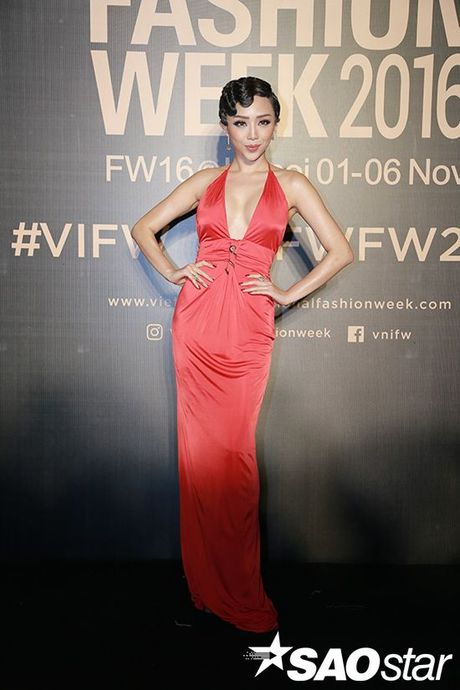 Angela Phuong Trinh chi hon 1 ty cho phu kien thoi trang tren tham do Vietnam International Fashion Week - Anh 3