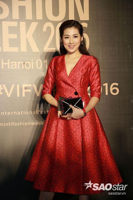 Angela Phuong Trinh chi hon 1 ty cho phu kien thoi trang tren tham do Vietnam International Fashion Week - Anh 6