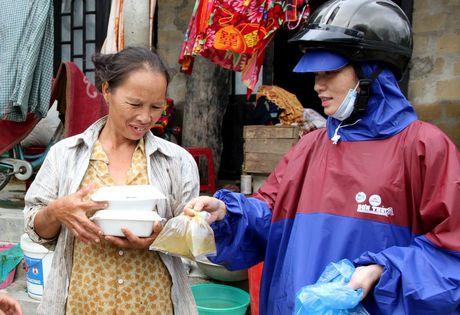 Quang Tri: Bep lua vung lu tat ngum, Hoi Phu nu nau com tiep te cho nguoi dan - Anh 1
