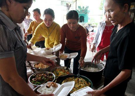 Quang Tri: Bep lua vung lu tat ngum, Hoi Phu nu nau com tiep te cho nguoi dan - Anh 2