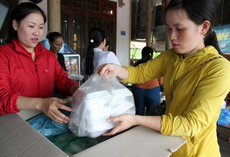 Quang Tri: Bep lua vung lu tat ngum, Hoi Phu nu nau com tiep te cho nguoi dan - Anh 3