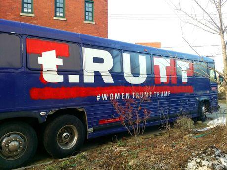 Trump, Clinton: Tran trui va day khieu khich - Anh 11