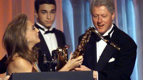 FBI bat ngo 'khui' lai ho so cu cua ong Bill Clinton - Anh 1