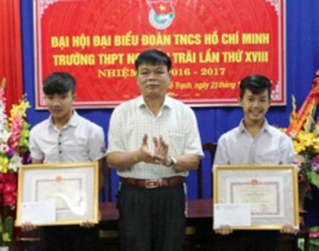 Quang Binh khen thuong hai hoc sinh dung cam cuu nguoi trong lu - Anh 1